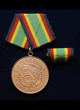VDR ketvirtojo laipsnio medalis su plakete už ištikimą tarnybą liaudies armijoje
