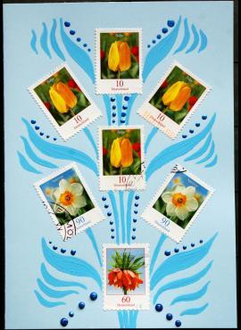 Šviesiai mėlynas, su pavasarinėmis gėlėmis sveikinimų atvirukas